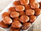 Рецепта Бързи и лесни орехови сладки топчета с бисквити, масло и какао за десерт без печене